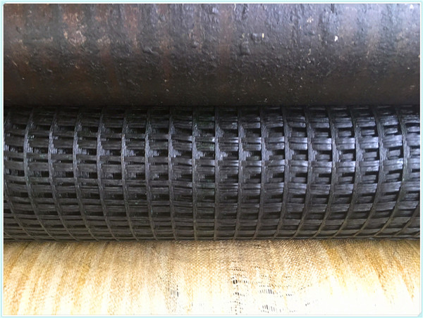 Fiberglass geogrid for road pavement